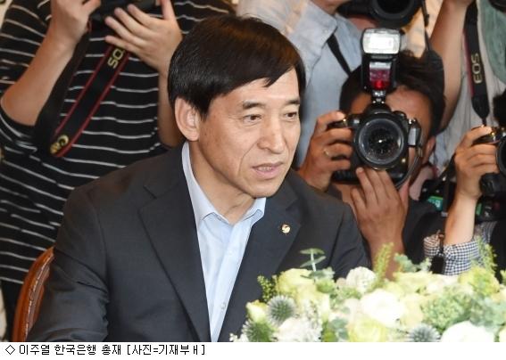 """이주열 총재 """"현 상황 금리인상에 무게 쏠려"""""""