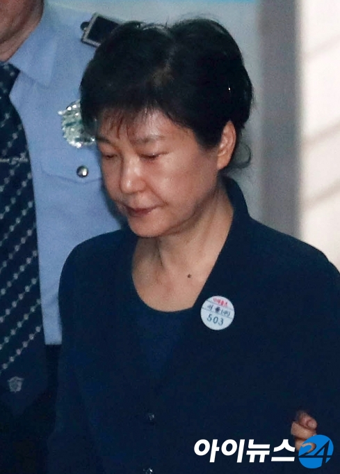 [포토]첫 재판 박근혜, ''셀프 올림머리 눈길''
