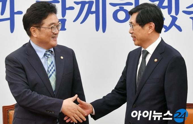 [포토]박상기 법무부장관, 민주당 우원식 원내대표 예방