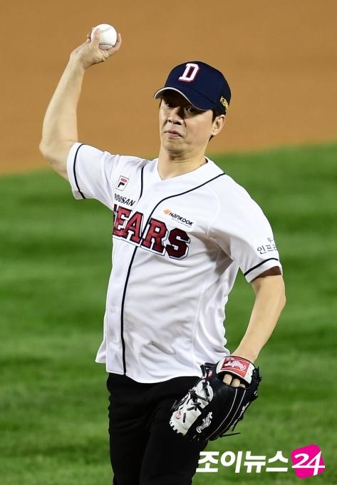 [포토]정상훈 PO 2차전 시구, '야구 좀 해본 솜씨!'